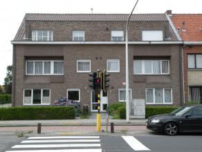 Centraal gelegen gelijkvloersappartement met garage en tuintje. Indeling: Inkom, keuken met toestellen, woonkamer, badkamer, 2 slaapkamers, toilet, be