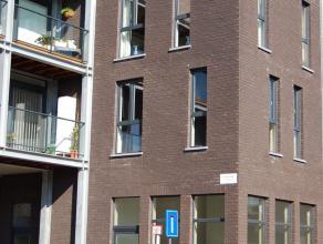 Gezellig, licht, comfortabel appartement vlakbij centrum & OLV-ziekenhuis aan rustige nieuwe woonwijk.  Op gelijkvloers: privé-inkom met berging/waspl
