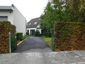 Ruime vernieuwde villa in 2003 met grote tuin, volledig heraangelegd in 2010.  Beneden: living met eethoek en open keuken, buanderie, garage, toilet e