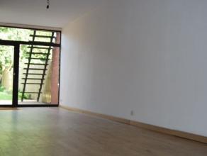 Dit gelijkvloersappartement met grote tuin (25 meter diep) is volledig gerenoveerd en beslaat zo'n 100 vierkante meter.  Het bevat 2 slaapkamers, (1 g