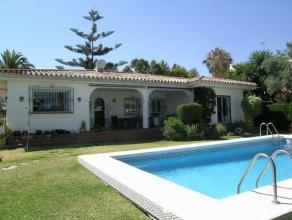 Villa gelegen te Malaga ,Spanje ,inclusief zwembad 4x10 meter . residentiële wijk . op 5 minuten van de zee , op 10 minuten van Malaga airport . Gelie