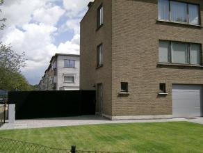 Halfopen bebouwing (7m bij 9m), gelegen in rustige woonwijk met parkjes en pleintjes. Alsook vlakbij winkels en autowegen. Via ruime voortuin toegang