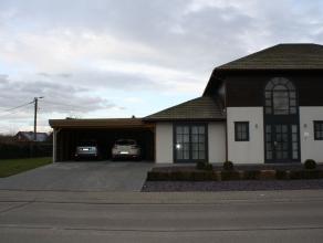 Mooie, gezellige, instapklare halfopen bebouwing. De woning is een energiezuinige houtskeletbouw en bevat op het gelijkvloers een ruime inkomhal met t