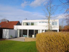Moderne villa d.d. 2003 op ruim 16 are gelegen in landelijke omgeving met een zuidgerichte aangelegde tuin met zonneterras.  Binnenshuis kan je vanuit