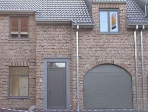 Nieuwbouwwoning in hartje Ruddervoorde Omvattende: Op het gelijkvloers: inkom met W.C., living met keuken, traphal, garage, Op de eerste verdieping: d