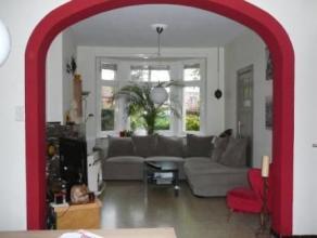 Te huur : Ruime rijwoning met 3 slaapkamers, garage en tuin. Bestaande uit : inkom, woonplaats, eetplaats, ingerichte keuken, veranda, badkamer, 3 slp