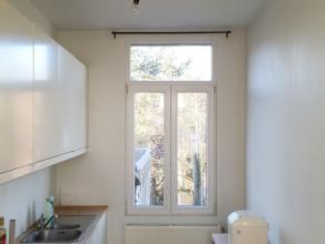 Goed gelegen, veel licht ruim duplex appartement. Originele houten vloeren. keuken met ingebouwde toestellen. Badkamer met ligbad en aansluiting wasma