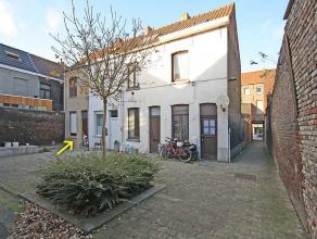 Te huur: mooi beluikhuisje in het centrum van Kortrijk. Zeer centraal gelegen en toch rustig. Indeling: voorplaats met kleine berging onder de trap, t