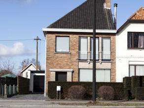Instapklare, halfopen, moderne gezinswoning met 3 slaapkamers in Sint-Denijs-Westrem.   Gelijkvloers: inkomhal (met trap), bureauruimte, toilet, klein
