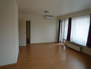 Gezellig appartement , zuidgericht met grote ramen, inkom, keuken, living (30 m2 ),WC, nachthall, badkamer, 2 slaapkamers. Inbraakwerende deur met sta