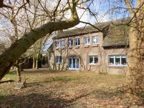 Instapklare woning, gelegen in gebied met landelijk karakter op minder dan 10 km van Gent.  Gelijkvloers: In de ruime hal bevindt zich een eiken trap,