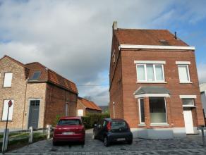 Instapklare woning op 200 meter van de dorpskern van Wachtebeke, met daar tal van winkels, openbaar vervoer en een school. De woning is gerenoveerd in