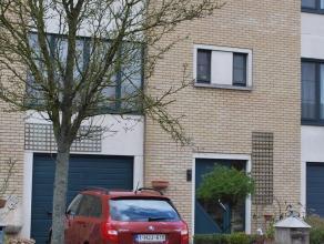 Instapklare woning gelegen in een rustige wijk dicht bij openbaar vervoer en scholen en centrum.Living met veel lichtinval,geïnstalleerde keuken en ba