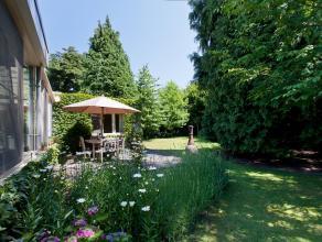 Deze midden in het groen wat achterin gelegen woning werd volledig gerenoveerd in 2008 en afgewerkt met duurzame materialen, waaronder natuursteen en