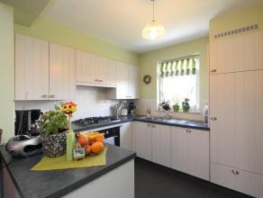 Ruim appartement met veel lichtinval, 2 slk, ingerichte keuken, bad-en douche, 2 terrassen, massief eiken parket, energiezuinig (epc 126), bouwjaar 20