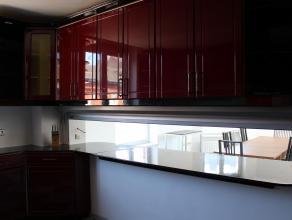 Appartement en duplex, entièrement rénovée, très belle prestation, avec buanderie, rangement, 2 salles de bains, énorme cuisine Proche des écoles de k