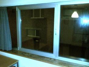 Bemeubelde studio: 1 bed, 1 kast, 2 tafels. Open keuken, badkamer bevat wc en douche.  Onmiddelijke intrede mogelijk! Domicilie op adres mogelijk!  Hu