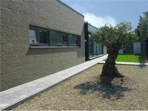 Instapklare, gelijkvloerse Nieuwbouwwoning met aangelegde, omheinde tuin en terras: met alluminium overkapping met ingebouwde lichtspots volledig aang