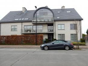 Een gelijkvloers recent appartement, rustig achteraan gelegen, met eigen afgesloten private tuin. Met afzonderlijke privé parkeerplaats en ruime garag
