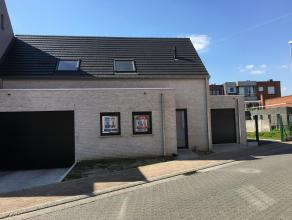 <br /> Nieuwbouwwoning te Olsene<br /> Gelijkvloers bestaat uit een inkomhal,toilet, keuken en leefruimte en een ruime garage. Op de bovenverdieping b