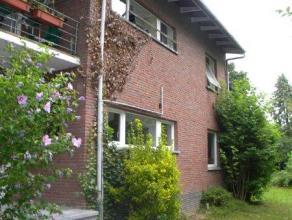 Rustig, residentieel gelegen appartement van ca. 135m² (3 slaapkamers), met privé tuin (3 are!), kelder en garage. Recent gerenoveerd/gemoderniseerd m