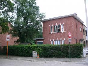 Centraal gelegen, stijlvolle en charmante halfopen woning, aan de Grotenhof te Mortsel. Via de oprit is er toegang voorzien naar de Z tuin.<br /> Op d