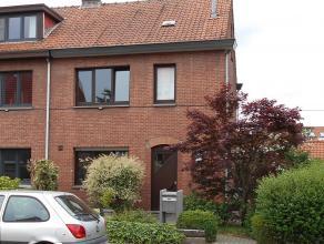Halfopen bebouwing met voortuin en grote achtertuin met tuinhuis.<br /> Ruime living 50 m² en open keuken 11 m², keuken met ingebouwde ijskast, microg