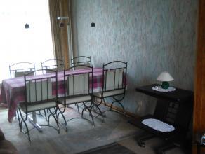 Aangename, lichte gezinswoning met diepe tuin. Gelijkvloers: Inkomhal met trap, inpandige garage, wasplaats, aparte wc, stookplaats, bureau, terras, d