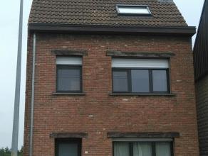 Uitstekend gelegen, gezellige gezinswoning te Sint-Gillis Dendermonde. Indeling: Gelijkvloers: ruime inkomhal, woonkamer, bureauruimte, gerenoveerde b