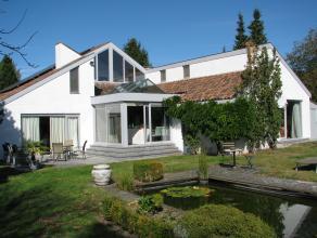 Zonnige aangename villa aan de rand van het Parkbos. Op het gelijkvloers is er een inkom met vestiairekast en een garage voor twee auto's, een slaapka
