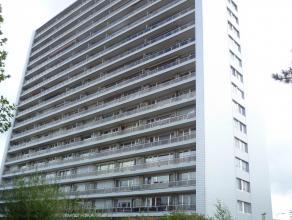 Op de 12de verdieping van het appartementsgebouw op de Rooiboslaan  (met een vernieuwde zijgevel) treffen we dit appartement (90m²) met een kleine kel