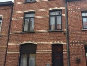 Een zeer mooi huis te koop in wilrijk met 2 verdiepingen !<br /> 1 gelijksvloer met keuken + 2 grote kamers verdeeld door schuifdeuren; <br /> ramen v
