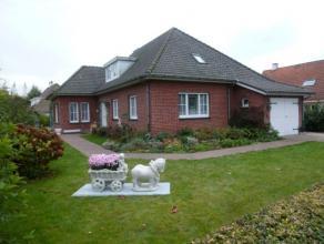 Mooie villa in tuin van 800 m2. Schitterende rustige ligging nabij autostrade en dorp zonder geluidshinder. Mogelijkheid boven meer slaapkamers te mak