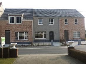 Woning nieuwbouw Avelgem rand centrum te huur kwaliteitsvolle afwerking. Gelijkvloers bestaande uit : Inkom , toilet, ruime living, Ingerichte keuken