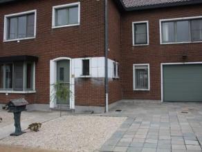 Heel fijne woning met garage en tuin, nabij het centrum van Landen. Bij het binnen komen kan je naast een nieuw afgewerkte inkomhal en wc, ook een rui