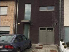 Betegelde oprit met aan de voorgevel de inkomdeur met veiligheidsslot en een fietsenberging.<br /> <br /> Inkomhal met inbouwkasten en een toilet.<br