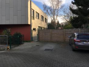 MODERNE WONING TE HUUR : <br /> <br /> Recente moderne 3 gevel woning ,  niet ver buiten echt stadscentrum rustig van straat gelegen achter appartemen