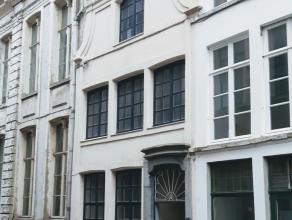 GEEN IMMO; Op slechts 200m van de Vrijdagsmarkt, deze unieke woning te koop. De woning is reeds volledig gestript en heeft een volledige renovatie nod