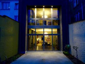 Luxe afgewerkt duplex appartement met veel ruimte en licht. Hoge ruimtes, achtergevel volledig in glas. Hoogwaardig afgewerkte keuken met oven, microg