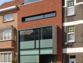 Instapklaar kantoorgebouw van 314 m2, uiterst zichtbaar gelegen op invalsweg naar centrum van Hasselt, met de oprit van de autostrades vlakbij.<br />