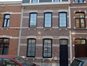 Burgershuis te koop in een rustige wijk, met mogelijk praktijk- of kantoorruimte. Gemakkelijk bereikbaar via openbaar vervoer, dichtbijgelegen bij Wil