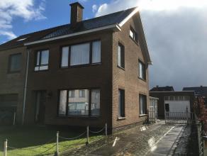 Goed onderhouden en zonnige gezinswoning met uitzonderlijk grote garage/atelier.<br /> Indeling gelijkvloers: inkomhal met trap, woonkamer 45m2 met ho
