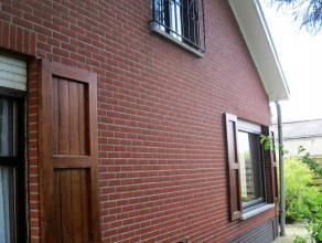 Deze vrijstaande woning is gelegen in een woonwijk in het rustige Sint-Lenaarts/Brecht.<br /> We betreden de woning via een ruime inkomhal met gastent