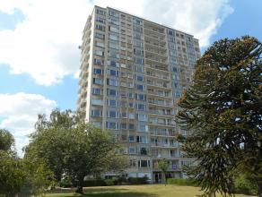 Volledig gerenoveerd instapklaar APP van 95m² met 3 slpks., terras, ondergrondse berging en fietsenstalling. <br /> <br /> INDELING: Inkomhal van 4m²,