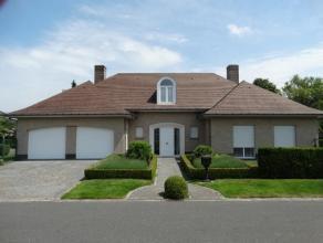 Deze ruime statige villa is gelegen een rustige,residentiële wijk en werd met de grootste zorg afgewerkt = INSTAPKLAAR!<br /> Geschikt voor vrije bero