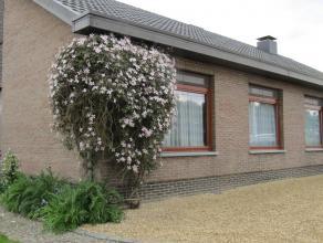 Deze rustig gelegen eengezinswoning met 4 ruime slaapkamers en grote tuin is volledig gelijkvloers. De woonruimte bestaat uit een ruime living die aan