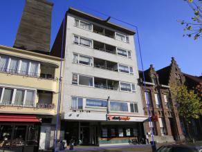 Een appartement op de eerste verdieping met volgende indeling: inkomhal met vestiairekasten, ruime leefruimte met veel lichtinval, geïnstalleerde keuk