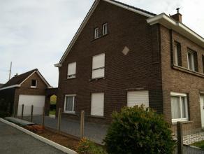 Centraal gelegen instapklare gezinswoning in Oudenaarde met 3 slaapkamers, zuid-oost gerichte tuin, garage en terras. De nabijheid (tss. 1 en 4 km) va