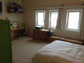Ruime woning voor 4 studenten of pas afgestudeerden in zeer goede staat nabij het centrum van Gent. Het huis is volledig gerenoveerd in 2011 en omvat