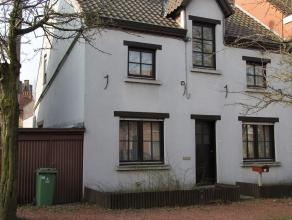 Karakteristieke woning met terras, tuin en schuur. Ligging: in het centrum van Sint-Denijs-Westrem (tussen Gent en Sint-Martens-Latem), zeer goed bere